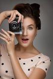 Muchacha con la cámara retra Imagen de archivo