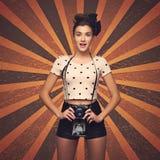 Muchacha con la cámara retra Foto de archivo libre de regalías