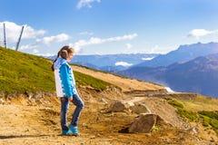 Muchacha con la coleta, paisaje de la montaña, Sochi Imagenes de archivo