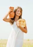 Muchacha con la comida del granja-estilo Foto de archivo libre de regalías