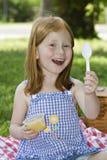 Muchacha con la compota de manzanas Fotos de archivo