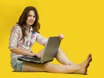 Muchacha con la computadora portátil. imagen de archivo