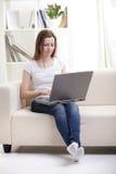 muchacha con la computadora portátil Imagenes de archivo