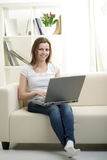 muchacha con la computadora portátil Fotografía de archivo libre de regalías