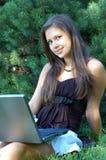 Muchacha con la computadora portátil al aire libre Foto de archivo libre de regalías