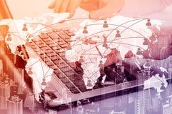Muchacha con la computadora portátil El concepto de comunicación virtual sobre el mapa fotografía de archivo libre de regalías