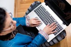 Muchacha con la computadora portátil en suelo Fotos de archivo libres de regalías