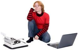 Muchacha con la computadora portátil y una máquina de escribir Fotos de archivo