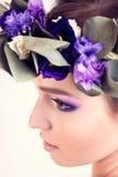 Muchacha con la corona de la flor que presenta en estudio foto de archivo