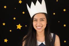 Muchacha con la corona de papel Foto de archivo libre de regalías