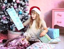 Muchacha con la decoración y el árbol de la Navidad Imagenes de archivo
