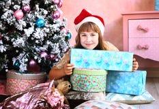 Muchacha con la decoración y el árbol de la Navidad Imágenes de archivo libres de regalías
