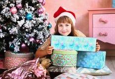 Muchacha con la decoración y el árbol de la Navidad Imagen de archivo libre de regalías