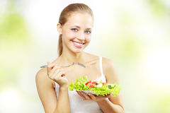 Muchacha con la ensalada vegetal Imagen de archivo