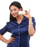muchacha con la explotación agrícola azul de la camisa de la tarjeta de crédito Imágenes de archivo libres de regalías