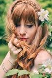 Muchacha con la flor blanca Imágenes de archivo libres de regalías