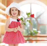 Muchacha con la flor color de rosa Imagenes de archivo