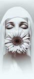 Muchacha con la flor con los ojos cerrados. Imagen de archivo