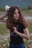 Muchacha con la flor de la amapola blanca Foto de archivo
