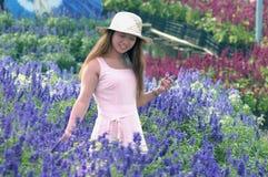 Muchacha con la flor de la lavanda Imagen de archivo libre de regalías