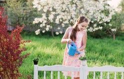 Muchacha con la flor de la primavera imagenes de archivo