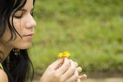 Muchacha con la flor de la primavera pasada Imágenes de archivo libres de regalías