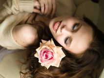 Muchacha con la flor Mujer joven hermosa que celebra la rosa y la sonrisa del rojo Imagenes de archivo