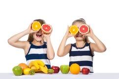 Muchacha con la fruta cítrica Fotografía de archivo libre de regalías