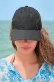 Muchacha con la gorra de béisbol negra Fotos de archivo