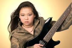 Muchacha con la guitarra. Foto de archivo libre de regalías