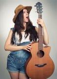 Muchacha con la guitarra acústica Fotografía de archivo libre de regalías
