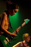 Muchacha con la guitarra de la roca Fotografía de archivo libre de regalías