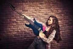 Muchacha con la guitarra eléctrica Imagen de archivo libre de regalías