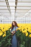 Muchacha con la guitarra en tulipanes Fotografía de archivo libre de regalías