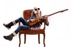 Muchacha con la guitarra y las gafas de sol Imagenes de archivo