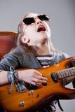 Muchacha con la guitarra y las gafas de sol Imagen de archivo libre de regalías