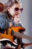 Muchacha con la guitarra y las gafas de sol Fotografía de archivo libre de regalías