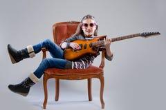 Muchacha con la guitarra y las gafas de sol Imagen de archivo