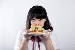 Muchacha con la hamburguesa Foto de archivo