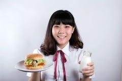 Muchacha con la hamburguesa Fotos de archivo