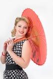 Muchacha con la imagen del paraguas en el estilo de los años 60 Fotos de archivo