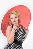 Muchacha con la imagen del paraguas en el estilo de los años 60 Foto de archivo libre de regalías