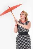 Muchacha con la imagen del paraguas en el estilo de los años 60 Fotografía de archivo