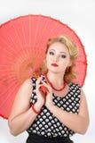 Muchacha con la imagen del paraguas en el estilo de los años 60 Foto de archivo