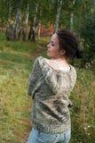 Muchacha con la lámina de la hierba Foto de archivo