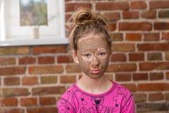 Muchacha con la máscara de la belleza Fotos de archivo libres de regalías