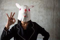 Muchacha con la máscara del conejo Muestra ACEPTABLE de la mano Imagenes de archivo