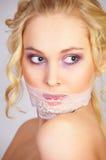 Muchacha con la máscara del cordón en la boca Fotos de archivo libres de regalías