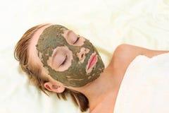 Muchacha con la máscara facial de la arcilla Foto de archivo libre de regalías