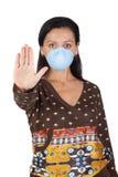 Muchacha con la máscara que para la gripe A foto de archivo